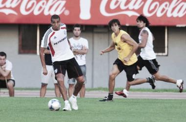 Amistoso ante el Viola. Trezeguet en busca del balón. Foto: River Plate Oficial.