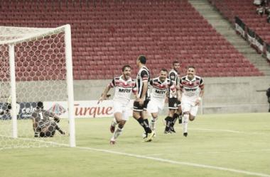 Atacante Everton Santos foi o grande destaque da equipe coral (Foto: Divulgação / Santa Cruz)