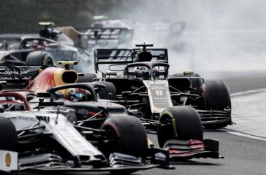 Acidente na Hungria em que Grosjean e Gasly foram envolvidos (Foto: Reprodução/Fórmula 1)