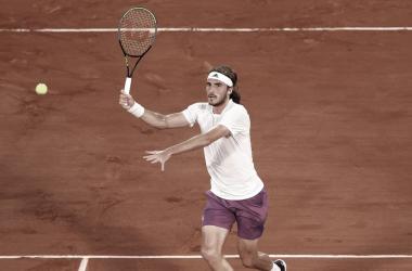 Stefanos Tsitsipas venceu Daniil Medvedev em Roland Garros 2021 (ATP / Divulgação)
