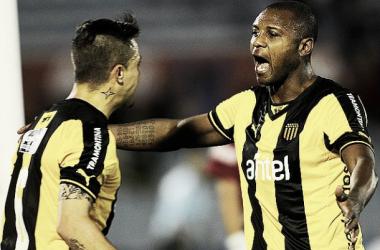 Diogo Silvestre y Zalayeta, claves para encabezar la victoria. Foto: Tenfield