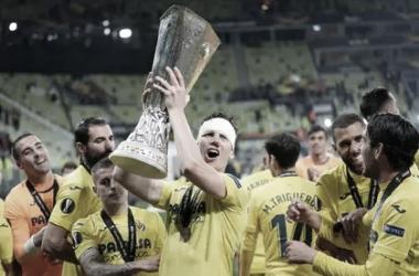 Foyth levantando la copa ! Foto: Europa League