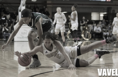 Western Michigan's Alexis Parks (2) diving for the loose ball. Photo: Walter Cronk - VAVEL USA