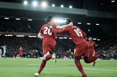 Liverpool goleia Stoke City de virada e segue próximo ao líder Chelsea
