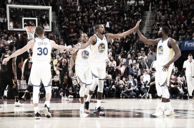 Durante junto a Green y Curry. | Foto: Golden State Warriors