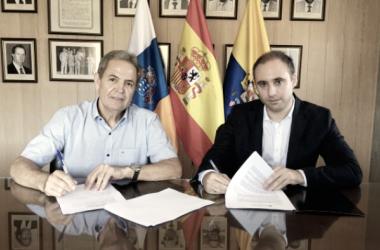 Nicolás Ortega y Javier González firmando el documento de colaboración / Foto: udlaspalmas.es