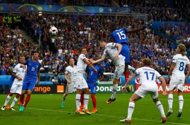 Il colpo di testa di Paul Pogba, realizzatore del secondo dei gol francesi. (fonte immagine: Twitter @UEFAEURO)