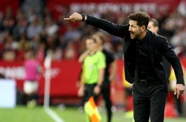 Simeone dando órdenes desde la banda del Sánchez Pizjuán | Foto: Atlético de Madrid
