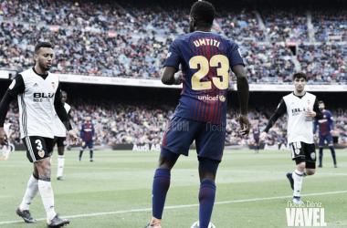 Samuel Umtiti sobre el césped del Camp Nou. Foto: Noelia Déniz, VAVEL.com