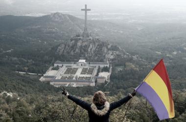 Una mujer porta la bandera republicana frente al Valle de los Caídos el día de la exhumación de Franco. Fuente: Twitter