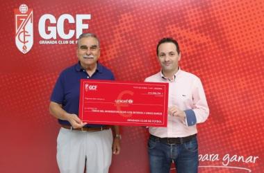 El gerente David Navarro ha sido el encargado de entregar lo recaudado.   Foto: Granada CF.