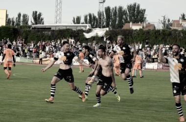 Los jugadores de Unionistas celebran el gol del ascenso. | FOTO: Unionistas CF