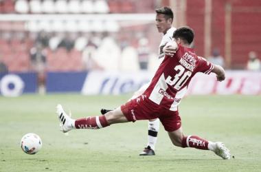 Nardoni intenta interceptarle la pelota a Bogado. (Foto: Platense)