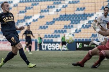 Aketxe rematando una jugada | Foto: UCAM Murcia CF