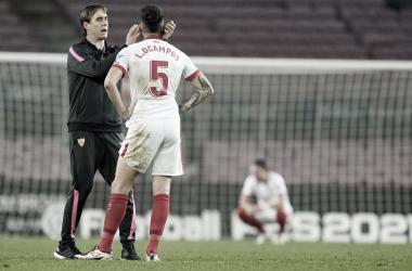 Lopetegui consuela a Ocampos tras acabar el partido. / Foto: Sevilla FC