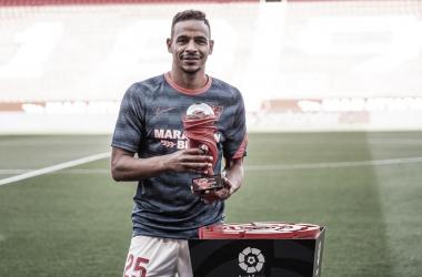 Fernando recibe el premio a mejor jugador de LaLiga del mes de abril / Foto: Sevilla FC