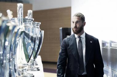 Sergio Ramos posando con los trofeos conquistados. Fuente: Real Madrid