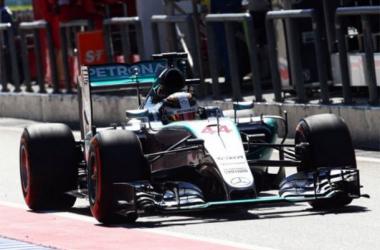 Lewis Hamilton quase não correu nos FP1, mas foi o melhor da segunda sessão (Foto: XPB Images)