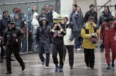 Ducarouge (o primeiro à esquerda, de óculos e boné) após o GP de Portugal de 1985, no Estoril (foto: Rainer Schlegelmilch)
