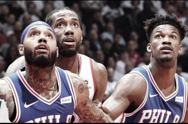 Mike Scott, Kawhi Leonard y Jimmy Butler esperan por el rebote. Fuente: NBA.com.