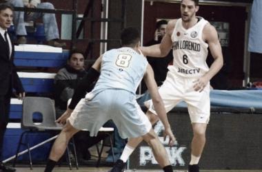 Carlos Bueno trata de defender al MVP Nacional de esta temporada, Marcos Mata. Fuente: Pickandroll.com.