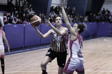Linda Rubene lanza por encima de la marca de Julieta Mungo. Fuente: Ucuweb.com.
