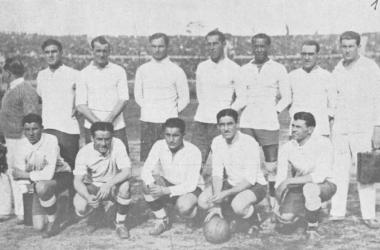 La sélection uruguayenne de 1930 compte dans ses rangs José Andrade, troisième en partant de la droite, au deuxième rang.