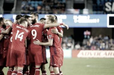 El equipo celebra un gol ayer en California. Imagen: chicago-fire.com