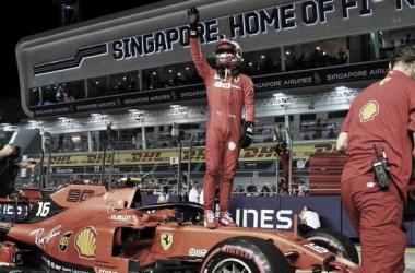 Leclerc festejando sobre su Ferrari   Foto: Fórmula 1