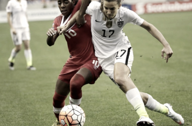 Ashley Lawerence (left) for Canada and TobinHeath (right) for the United States battling for the ball | Photo: David J. Phillip/ AP