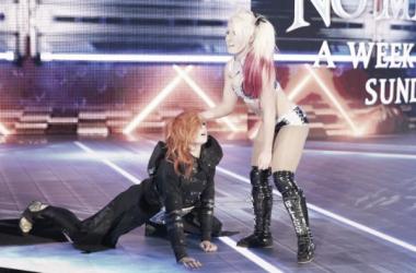 Alexa Bliss ataca a Becky Lynch en el programa anterior a No Mercy. Foto: WWE.com