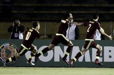 Los jugadores venezolanos celebrando la primera anotación. Foto: CONMEBOL.