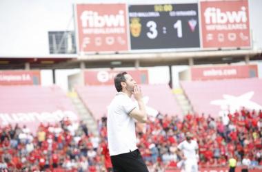 El técnico valenciano dando instrucciones en la recta final del encuentro. (Foto: www.rcdmallorca.es)