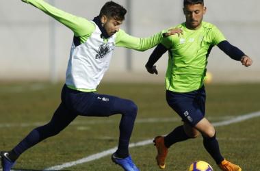 Adri Castellano en el entrenamiento junto a Vadillo. Foto: Pepe Villoslada / Granada CF