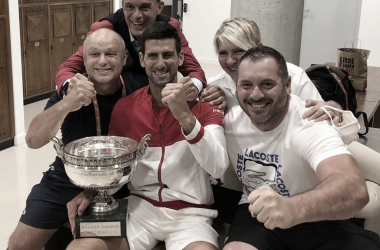 Marian Vajda (izq.), festejando el título en Roland Garros junto a todo el equipo de Novak Djokovic. Foto Roland Garros