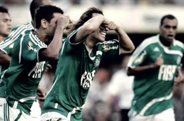 Elenco do Palmeiras com a taça de Campeão Paulista em 2008 (Foto: Divulgação / SE Palmeiras)