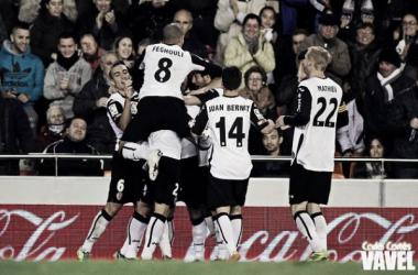 El Valencia CF celebra su última victoria en Mestalla. (Foto: Carla Cortés| VAVEL)