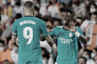 Benzema y Vinícius se felicitan tras la decisiva actuación de ambos. Fotografía: Real Madrid C.F.