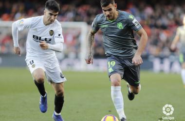 FOTO: LaLiga.es // Carlos Soler intenta marcar a la carrera a Theo Hernández durante el último Real Sociedad vs Valencia disputado en Anoeta.
