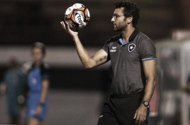 """Satisfeito com vitória, Valentim elogia postura do Botafogo: """"Estão todos de parabéns"""""""