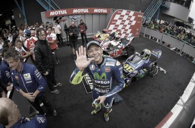 Valentino Rossi saludando / MotoGP.com