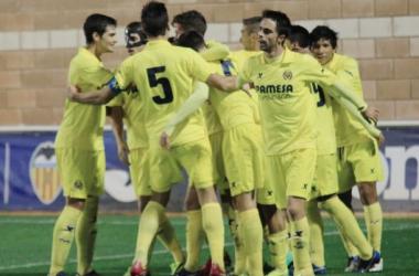 Los futbolistas del 'minisubmarino' celebran el tanto que les otorgó la victoria | Imágenes: Víctor Paniagua - VAVEL.