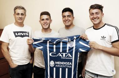 ORGULLO. Después de firmar sus primeros contratos, los canteranos posan con la camiseta del Tomba y los acompaña Mansur. Foto: Prensa Godoy Cruz