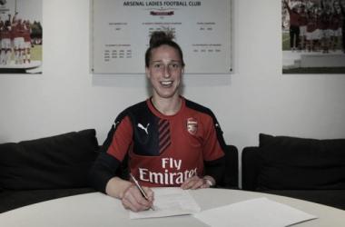 Van Veenendaal signs new Arsenal deal