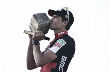 Greg Van Avermaet besando su primer adoquín | Foto: Paris-Roubaix