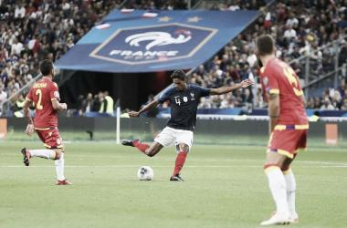 Varane golpea el balón durante el partido ante Andorra/ Foto: Twitter Selección francesa @equipedefrance