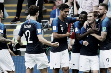 Varane festeja con sus compañeros de Francia la victoria I Foto: AP