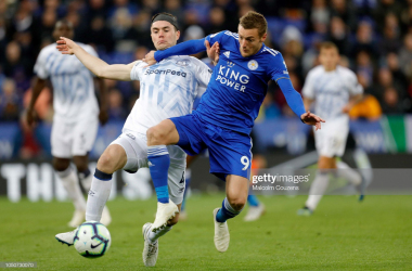 Michael Keane of Everton challenges Jamie Vardy of Leicester City during the Premier League match between Leicester City and Everton | Photo: Malcolm Couzens/ Getty Images