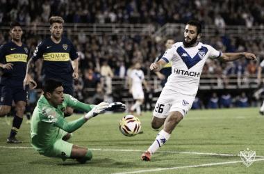 Una de las jugadas más claras en la ida. El mal control del 'Mono' Vargas para que Andrada se haga de la pelota. | Fuente: Vélez Sarsfield.