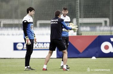 Los guardametas del Deportivo, Fabricio y Lux, reciben elalta. Foto: RC Deportivo.